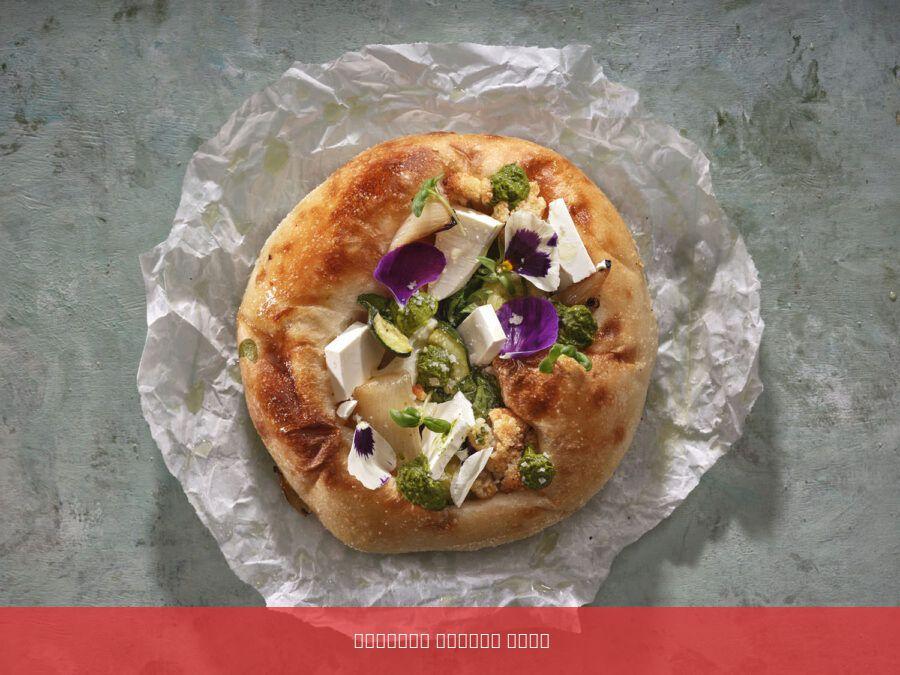 פוקצה לבנה בתוספת ירקות גינה , פסטו , גבינת פטה ושמן זית