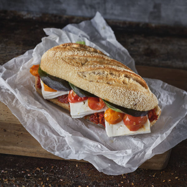 כריך בלחמנית בגט,גבינת צפתית 5 % ,ממרח עגבניות,מלפפון,עגבניות מיובשות ,חסה